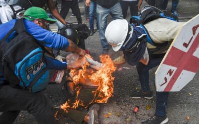 Una persona en llamas durante una de las protestas en Venezuela que el p...