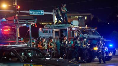 La policía de Ferguson mostró su armamento durante las pro...