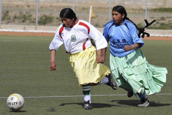 Las cholitas bolivianas decidieron echarse una cascarita de fútbol.