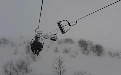 En video: Decenas de esquiadores quedaron colgados en un teleférico de I...