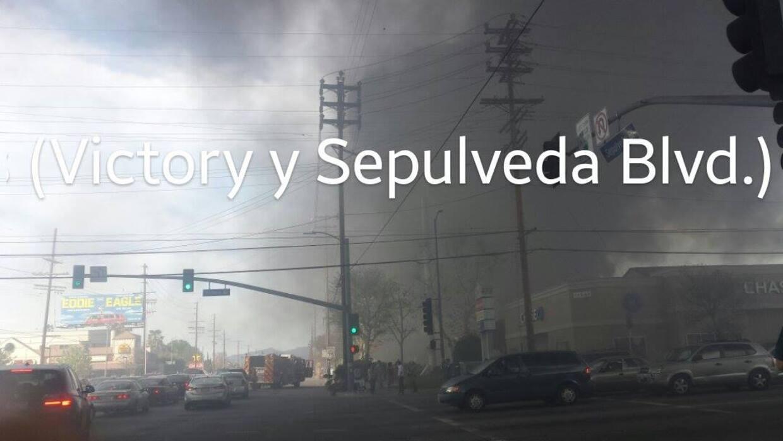 Foto de incendio que se registró en Van Nuys.