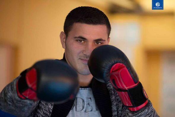Sead Kolašinac, defensa del Schalke, pruba suerte en el boxeo.