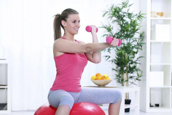 3) Movimiento de remos sentada, con pesas.