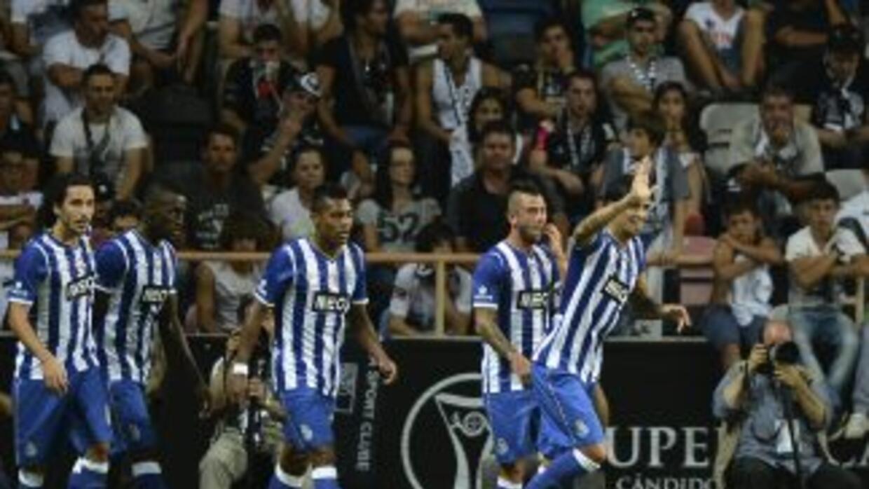 Lucho González celebra su gol ante Guimaraes.