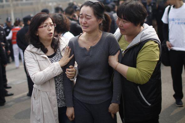 Entre lágrimas exigieron a Malaysia Airlines decir la verdad sobre el pa...
