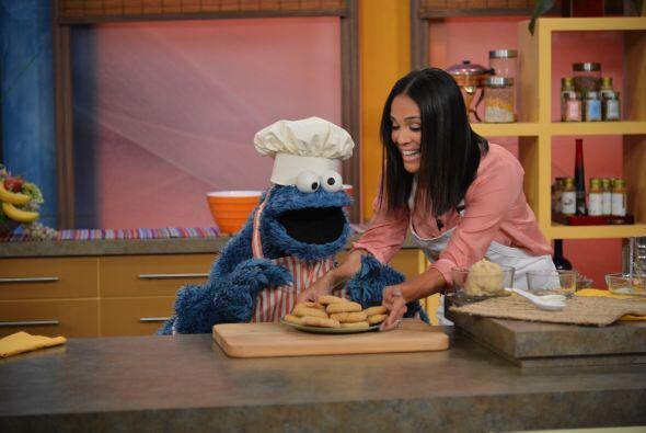 En cuanto Karla puso en la mesa las galletas, Cookie Monster las devor&o...