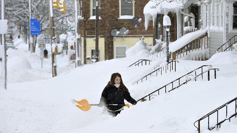 Rochelle Carlotti, de 28 años, quita nieve de los escalones de su...