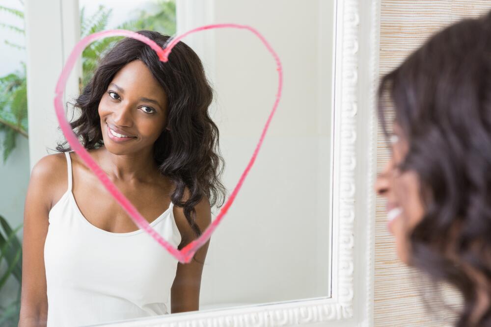 Mujer frente al espejo