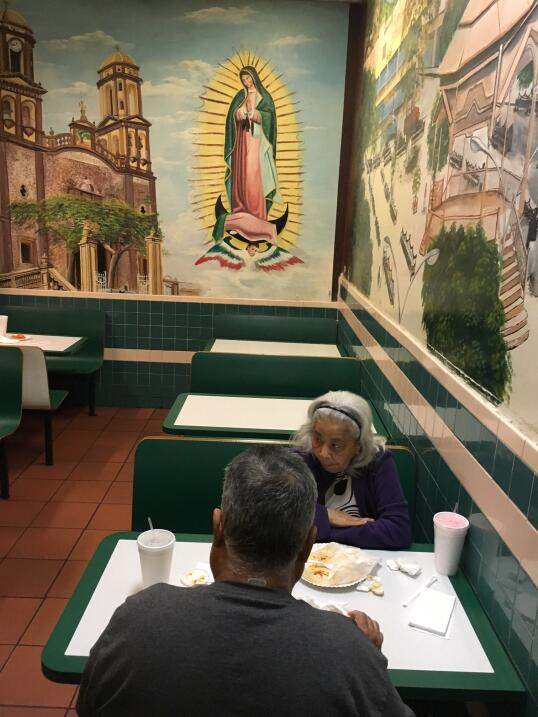 """Dentro de un restaurante de Los Ángeles, una imagen religiosa """"ve..."""