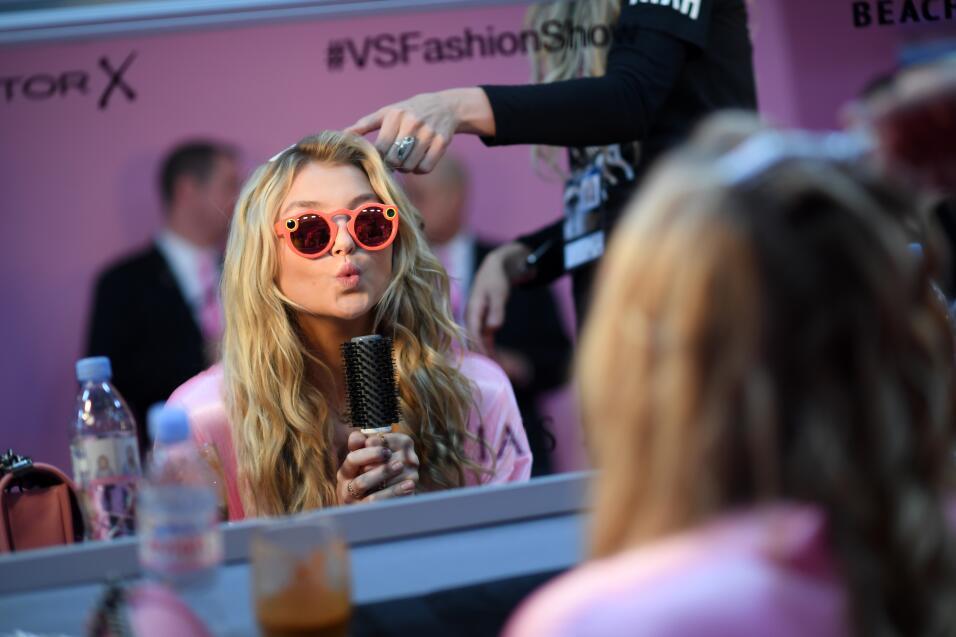 Rachel Hilbert con las gafas de Snapchat