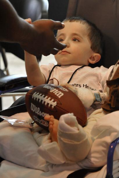 Qué mejor regalo que la sonrisa de un pequeño (AP-NFL).