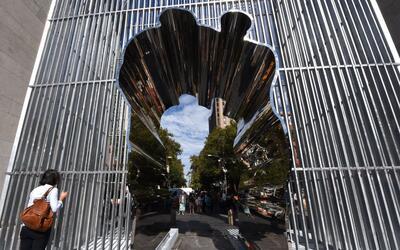 Esta es la instalación del artista chino Ai Weiwei en el arco del...