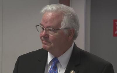 El congresista Joe Barton llega a Dallas tras el tiroteo de Virginia