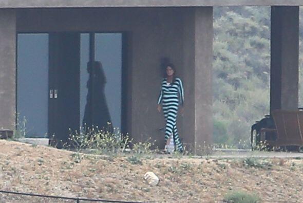 Los paparazzi lograron captarlo en su propiedad de Malibú usando un vest...