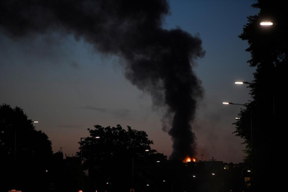 La columna de humo del incendio de un edificio en el oeste de Londres pu...
