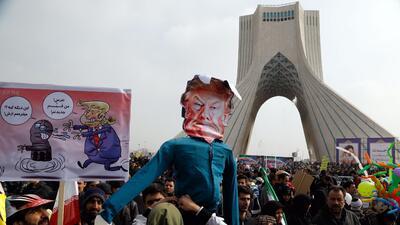 En fotos: En Irán marchan por la Revolución Islámica y  en contra de Donald Trump