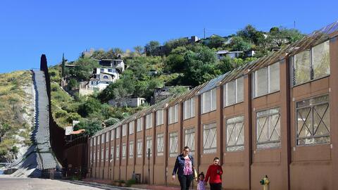 El muro fronterizo a la altura de Nogales, ciudades homónimas de Arizona...
