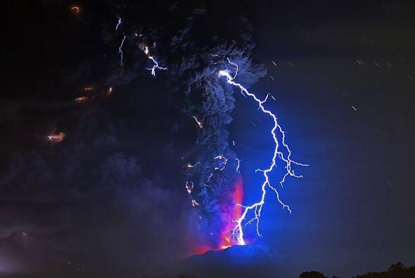 Decenas de rayos por minuto acompañaron la erupción.