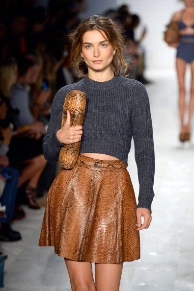 ¡Un suéter ajustado y corto siempre será una maravillosa alternativa par...