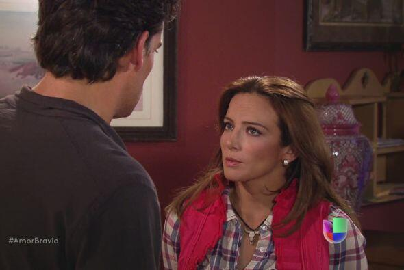 Daniel quiere hablar con Camila, pero ella se adelante y le dice que est...