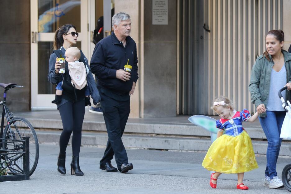 Hilaria y Alec Baldwin con sus hijos
