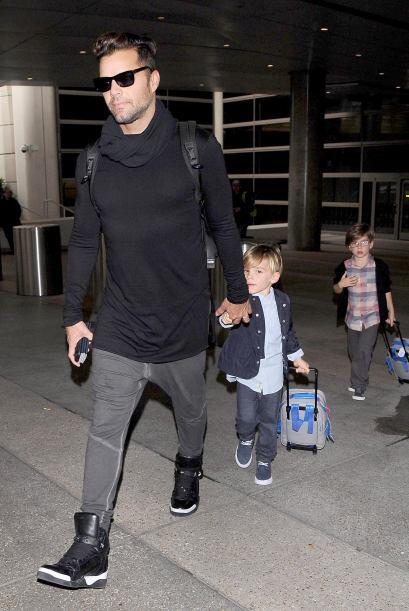 Ricky luego tomó la mano de sus hijos. Más videos de Chismes aquí.
