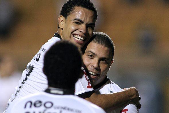 Abrazos y sonrisas para Ronaldo, que sigue vigente en el arco contrario.