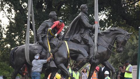 Obreros remueven la estatua del general confederado Robert E. Lee de un...