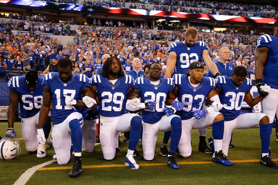 Los Indianapolis Colts, unidos, de pie y arrodillados durante el himno e...