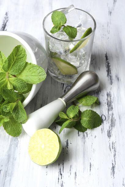 La preparación consiste en cortar los limones en cuartos y colócalos en...