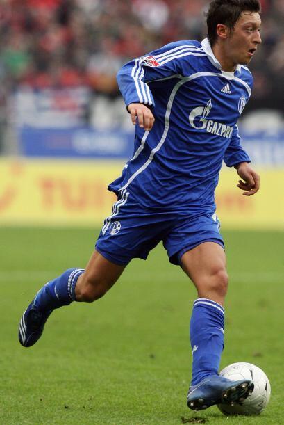 Jugó un sólo año en las inferiores del Schalke, donde fue campeón del to...