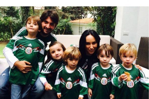 """Inés Gómez compartió esta tierna foto: """"listos para apoyar la Selección""""..."""
