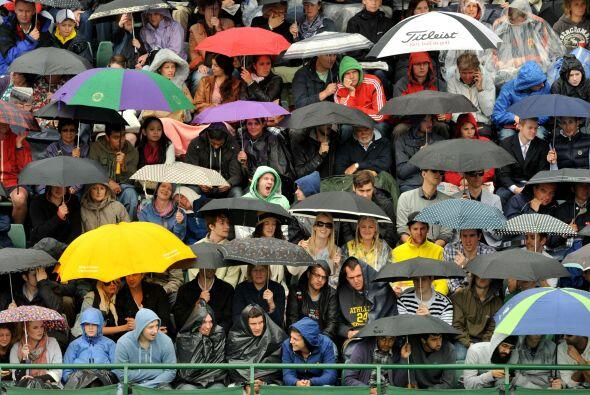 Cientos de espectadores esperaron sentados en sus localidades, a cubiert...