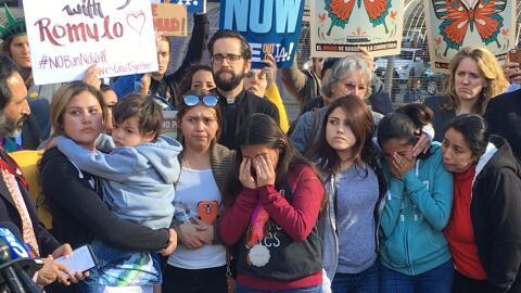 La esposa de Rómulo Avélica y sus cuatro hijas en una manifestación en L...