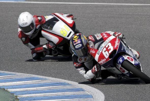 El piloto malayo Zulfahmi Khairuddin de Moto3 seguido por el holandés Br...