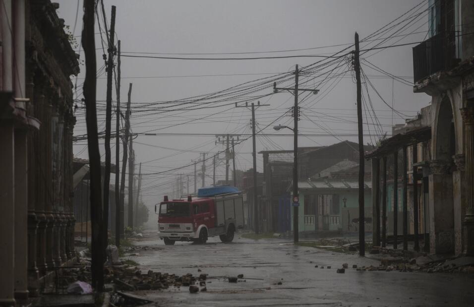 Un camión de bomberos se desplaza por las calles de Caibarien, Cu...