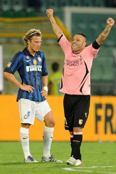 Los interistas no lo podían creer, incluido Diego Forlán, quien debuta e...