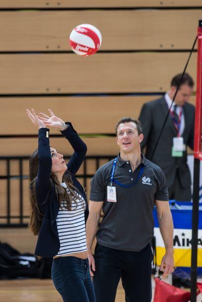 Jugando voleibol nos dejó ver que recuperó su vientre plano tras el emba...