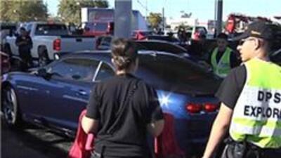 Voluntarios lavando autos