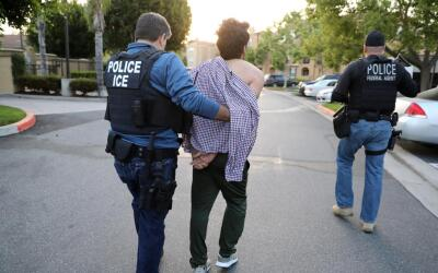Casi 40,000 migrantes sin antecedentes penales fueron detenidos por ICE...