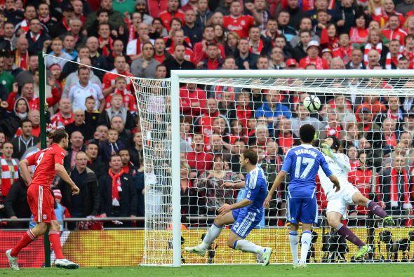 Carroll puso la cabeza y parecía haber vencido a Petr Cech .