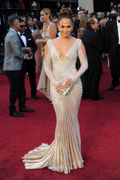 En el Oscar del 2012, Lopez se decantó por Zuhair Murad cuyo corte siren...