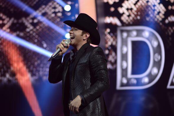 """El Dasa fue el primero en tomar el escenario, con su éxito """"Mentirosa""""."""