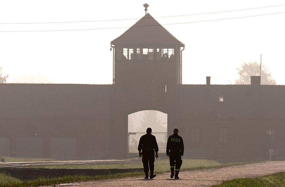 El Papa recorre el campo de concentración de Auschwitz y se reúne con so...