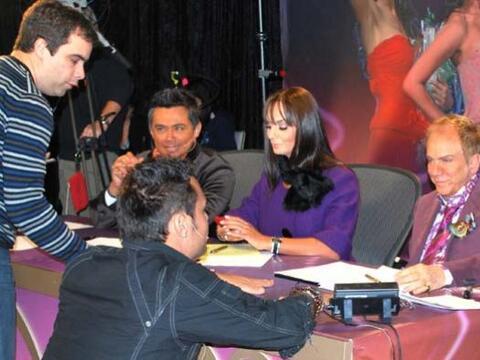 En Houston, al lado de Lupita y Osmel, llegó Raúl Brindis,...
