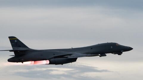 Un avión modelo B-1B de la fuerza aérea estadounidense vue...