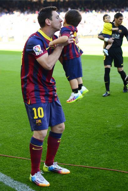 Messi calmó a su pequeño con un cálido abrazo y un beso.Mira aquí los vi...