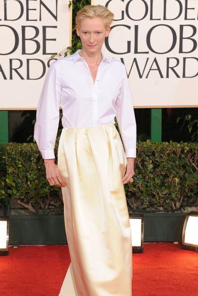 La actriz Tilda Swinton se puso una camisa y la primera tela que encontr...