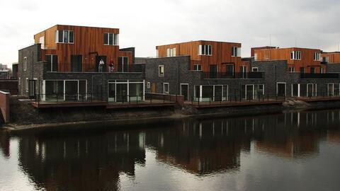 Cientos de personas viven en las casas flotantes de IJburg, en Ám...