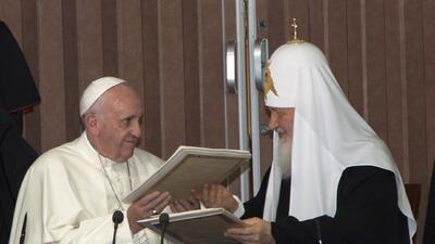 El papa Francisco, izquierda, y el patriarca Kirill, de la Iglesia ortod...